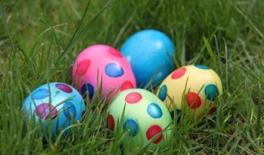 Gekleurde en genummerde eieren leveren een leuk prijsje op bij het eieren zoeken op de Hellendoornse berg.