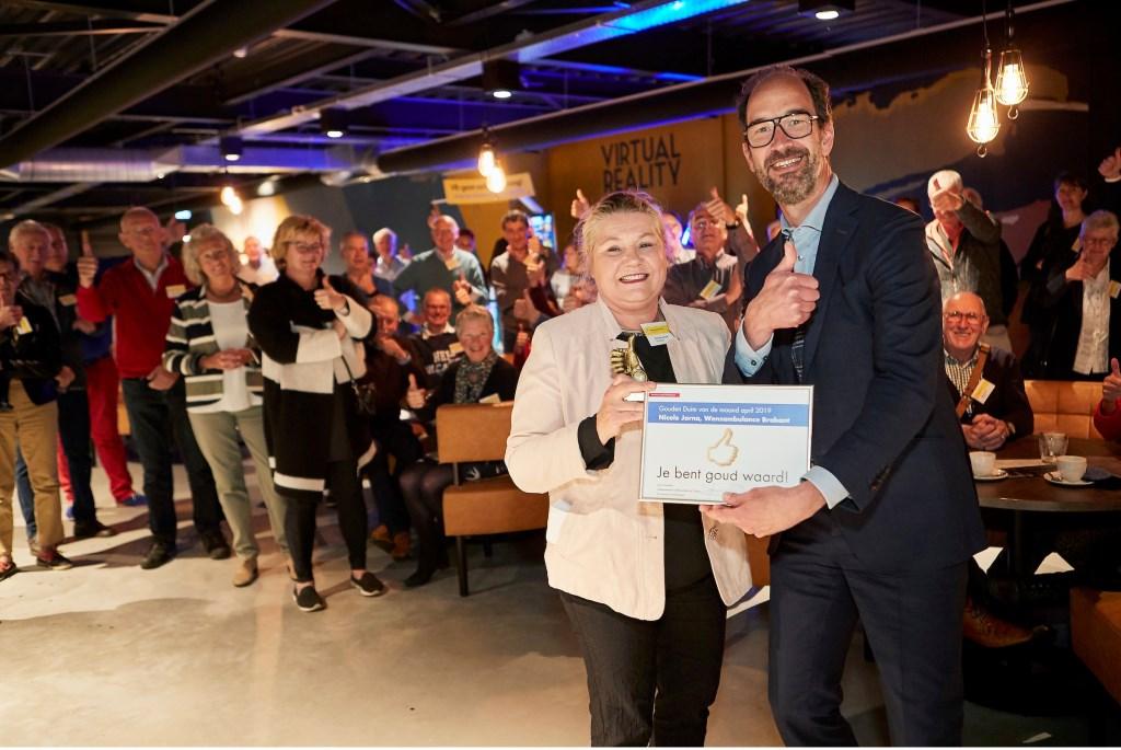 Gedeputeerde Henri Swinkels overhandigde de Gouden Duim voor alle vrijwilligers aan voorzitter Nicole Jorna van de Wensambulance Brabant.  FOTO: WIM HOLLEMANS Foto: Wim Hollemans © Persgroep