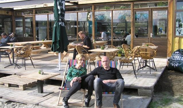 Koos en Evelien Janssen zijn trots op hun seizoensgebonden horecapaviljoen dat is opgebouwd met zeecontainers.