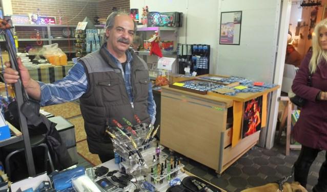 Rudy (Ruhi Unsurorlu) is helemaal op zijn plek bij de Weerselose Markt. Dat combineert hij met zijn baan als magazijnbeheerder bij Witte van Moort in Vriezenveen. Foto's: Hammink & De Planthof