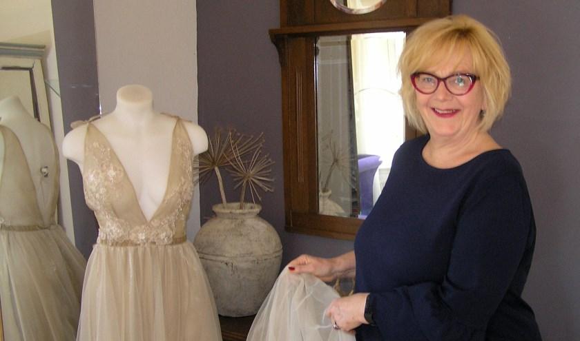 Carla werkt met liefde aan haar passie: bruidsjurken maken.