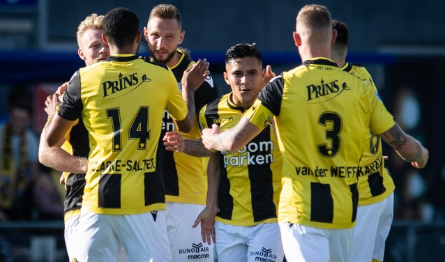 Vitesse-spelers vieren doelpunt van spits Tim Matavz op bezoek bij PEC Zwolle. (foto: Lars Smook)