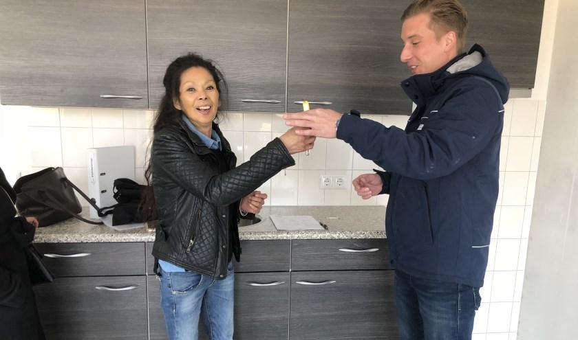 Een van de 24 nieuwe huurders krijgt de sleutel van haar appartement aan de Gelderlandstraat.