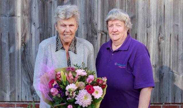 Mevrouw. Blekkink-Ebbers was blij verrast toen ze door haar hulp Ria Hiddink van Helpgewoon in de bloemen werd gezet.
