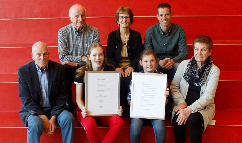 Janske van de Braken en Pleun Hendriks samen met docent Barry Jans en de leden van het comité: Jan Oostlander, Cas Arts en Marion Beek. Afwezig lid Hennie de Hoog.