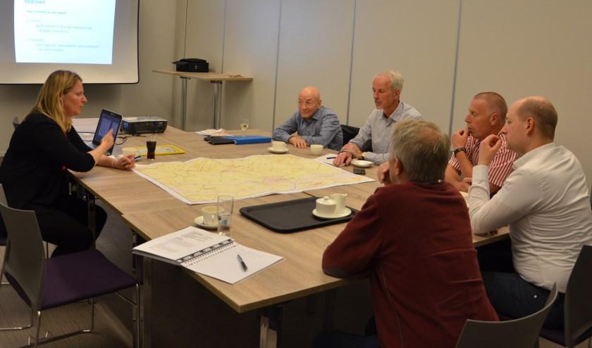 O.l.v. Marcel Spruitenburg bekijken de deelnemers de gemeentekaart om plaatsen te adviseren waar of waar geen zonnevelden kunnen komen