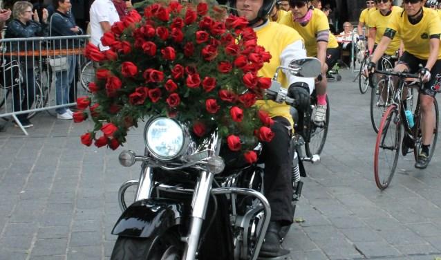 Vertrek van The ladies Night for the Roses, altijd een motorrijder met een boeket rozen voorop.