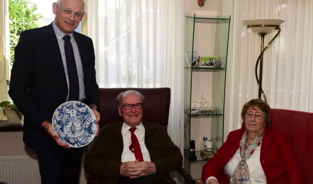 Het echtpaar Van Baardewijk genoot met volle teugen van het bezoek van de burgemeester. (Foto: Marius Schinkel)