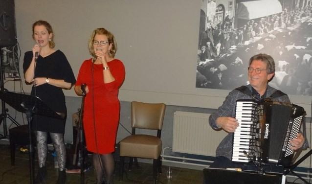 Carla Herlfterkamp, zang, Theo Scholten, accordeon en special guestNéomi Geurts zorgde voor de muziek bij de uitslag. (foto: PR)