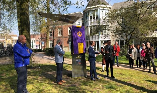 De richtingaanwijzer Gilbert Wandelpad werd officieel onthuld door Dylan Lochtenberg (wethouder gemeente Veenendaal), de Lions Club en Joost van Schuppen (De Wandelmaker).