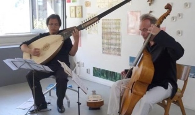 Robin van Erven Dorens (viola da gamba, rechts) en Punto Bawono (luit theorbe). Eigen foto