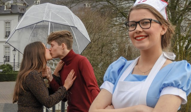 Zuster Klivia en enkele medespelers van de Boxmeerse musicalschool zijn (bijna) klaar voor   de theatervoorstelling. (foto: Stijn Linders)