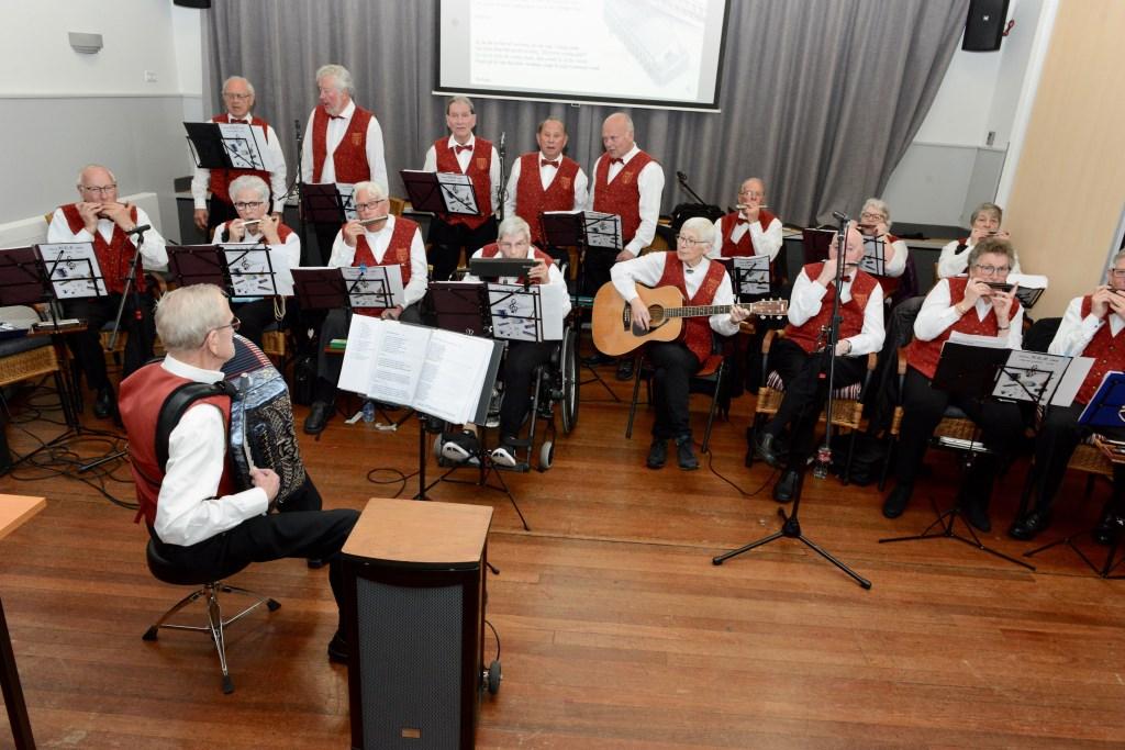 NEP heeft in het team van vijf mannen die ook zingen gelijk en groot visserskoor. Dirigent-accordeonist Wim Hol  heeft de leiding.  © Persgroep