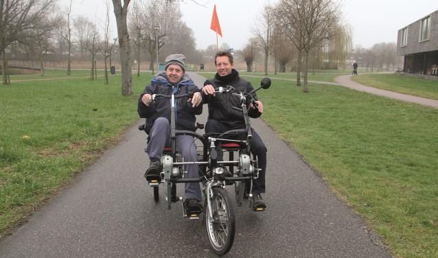Gerard Rutgers (rechts) op de fiets van Liemerije met cliënt Jan Brouwer.