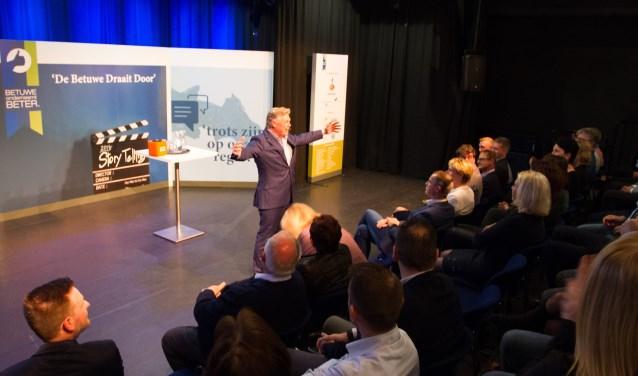Journalist Roelof Hemmen leidde het debat 'De Betuwe draait door'. (foto: Sander vd Geijn - neofoto.nl)