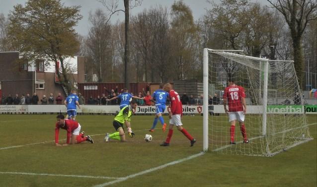 Terwijl DFC de bal al uit de eigen goal heeft gehaald begint Wieldrecht een feestje rond Mark van Agteren (11) die zijn ploeg zojuist op 0-2 heeft gezet.
