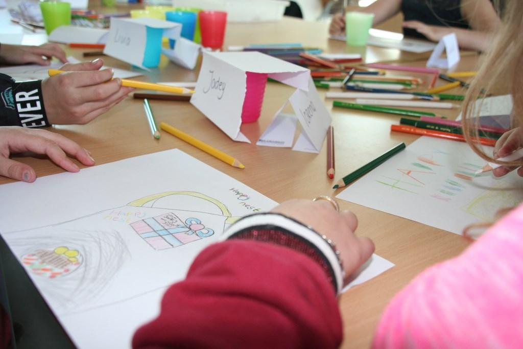 Hoe ziet het gezonde menu eruit? De kinderen maken er een tekening van. Foto: Groen, gezond en in beweging © Persgroep