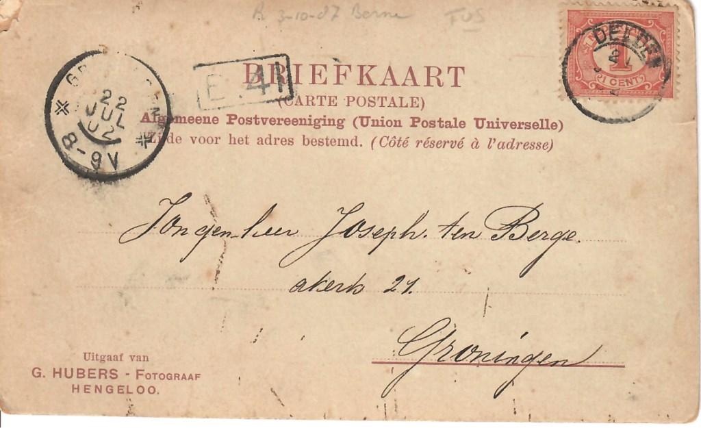 Op de prentbriefkaast staat duidelijk het poststempel met het jaartal 02. Op de grafsteen staat het jaartal 1903...  © Persgroep