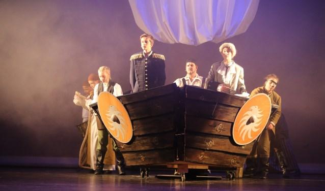 Prins Erik links voor in de boot en Grimbaard met witte pruik, tijdens de musical Ariël.