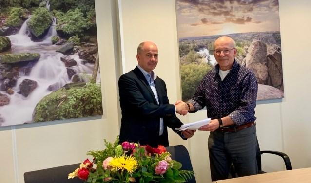 Vertegenwoordigers van Woonveste en Chapeau Woonkring Heusden ondertekenen de huurovereenkomst.