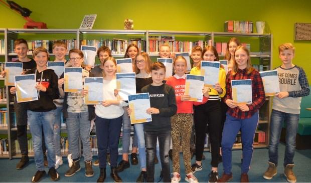 De leerlingen van klas 1A laten trots hun certificaat zien.