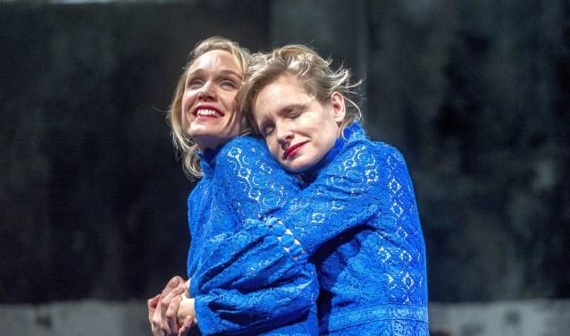 Kirsten Mulder en Sophie van Winden spelen de hoofdrollen in de voorstelling 'Kom hier dat ik u kus'. Foto's: Ben van Duin