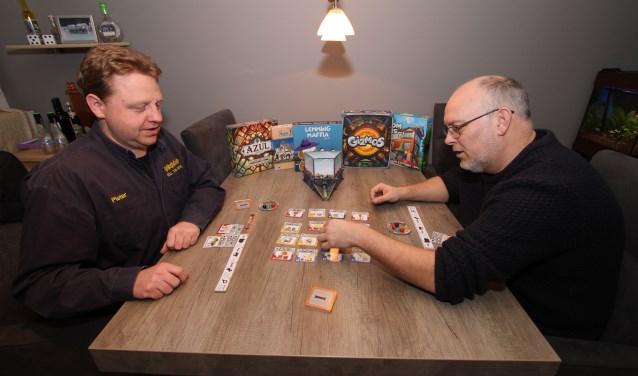 Op de foto spelen Pieter Syroit en Steef Noordermeer een van de 350 spellen van Roll the Dice. FOTO: Ad Adriaans.