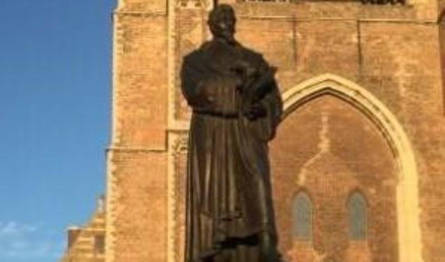 Het standbeeld van Hugo de Groot op de Markt.