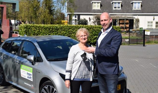 Wethouder Daan Russchen (PvdA) overhandigt de sleutel van de elektrische leenauto aan Coby Mol van Signaleringsgroep Ingen Leeft