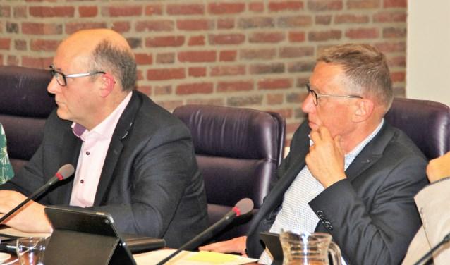 Martin Mol en Marc Konings luisteren aandachtig naar de voorzitter. Marc volgt Martin op als fractievoorzitter GB. Foto Dick Baas