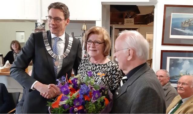 Burgemeester Tjapko Poppens feliciteert mevrouw Bosch-Posse met haar onderscheiding.