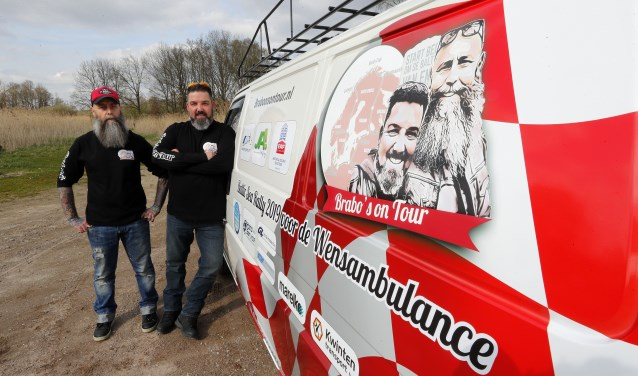 Pascal Delissen en Wilbert Raaijmakers, Het Tour Buske van 20 jaar oud is bijna klaar voor vertrek. FOTO: Bert Janssen.