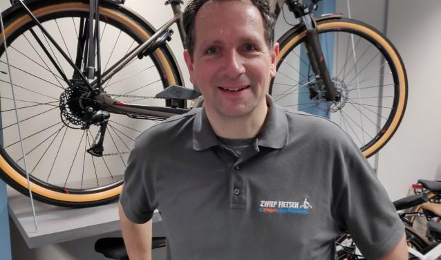 """Eigenaar Frank Zwiep van Zwiep Fietsen is trots op het resultaat van de verbouwing van Zwiep Fietsen. ''Ik sta er zelf nog met een beetje verbazing naar te kijken"""", zegt hij."""
