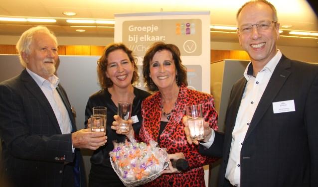 Bert Berghoef, Anneke van Nierop, Nelly de Vries en Erik Dannenberg (vlnr) toasten op de 100ste klus van Present Winterswijk, (foto L. Voltman)