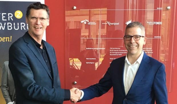 Alex Kühne (links) en Roy Baks tekenen voor een langdurige samenwerking.