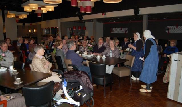 De aanwezigen luisteren naar Willemien en Willemien die verhalen vertellen over het slachten en gebruiken daaromheen. (foto: Maas Foeken)