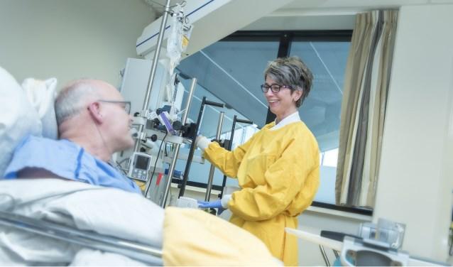 IC-verpleegkundige verzorg patiënt voor overdracht naar andere afdeling -Gelre ziekenhuizen