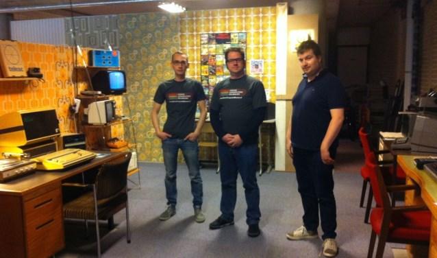 Bart van den Akker voor de Pongcomputer, geflankeerd door vrijwilligers Patrick van Halen(l) en Gijs van der Westerlo(r). Foto: Liesbeth van Sas.
