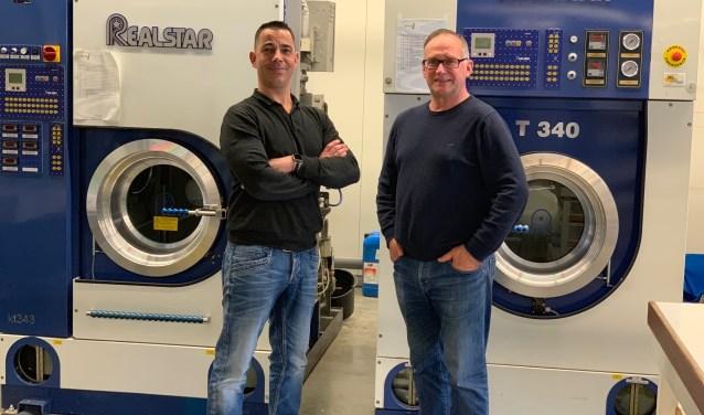Ed Veldman (rechts) en zijn opvolger Richard Meijer (links) in de wasserij-stomerij in Vrijburg. Foto: Kamila Slepcikova.