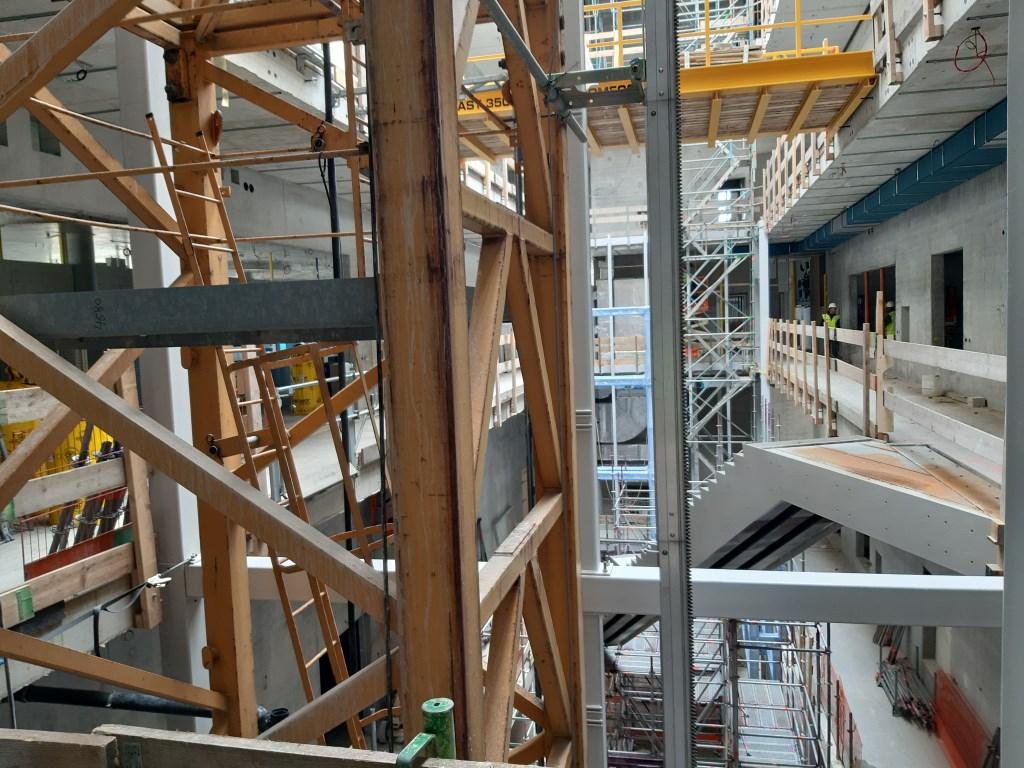 Het atrium, nu nog een bouwplaats, maar de contouren van de toekomstige vitrines zijn al te zien.  © Persgroep