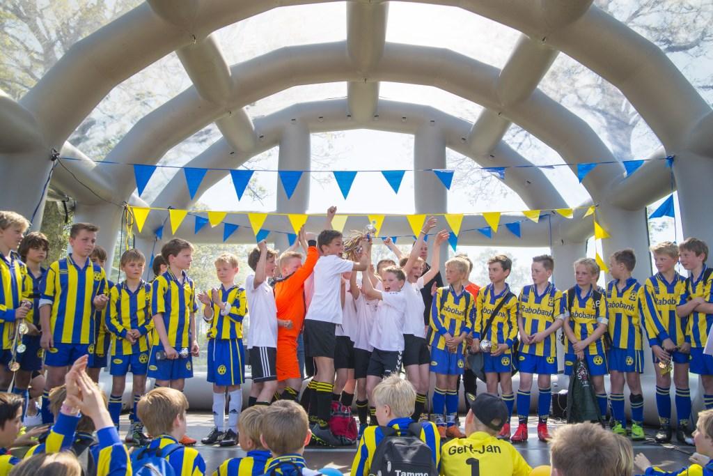 Prijsuitreiking op het podium waar alle teams hun prijs mochten showen.  © Persgroep
