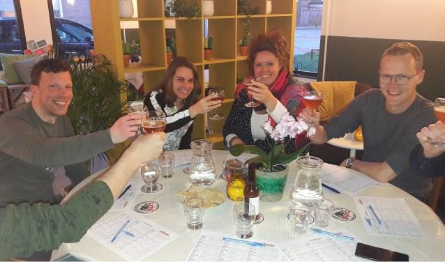 Speciaalbieren proeven: het kon allemaal afgelopen zaterdag. Ook dames lieten zich het geestrijke vocht goed smaken (Foto's: Martin Brink/Rijnpost)