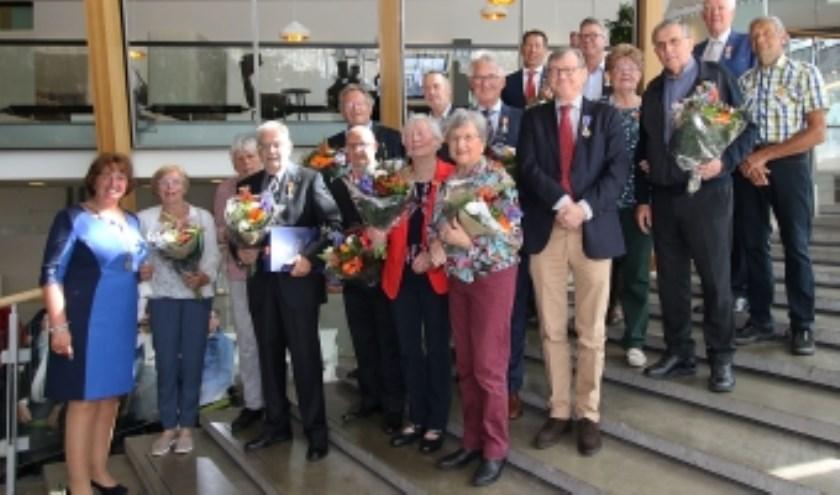 Zeventien inwoners van de gemeente werden afgelopen vrijdag Koninklijk onderscheiden. Foto: gemeente Alphen a/d Rijn