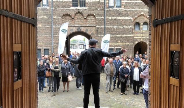 Thomas Pieters in de deuropening van het Kasteel Helmond.
