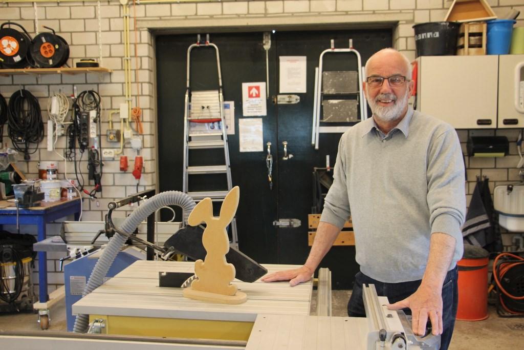 Hans van den Heuvel toont een van de mallen die hij maakte voor de cursus Paasdecoratie Maken. (foto: Frank Kuijpers) Foto:  © Persgroep