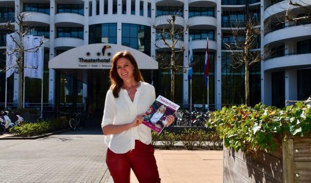 Theatermanager Esther Hammink met het programmamagazine 2019/2020