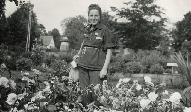 De foto is gemaakt door fam. Suijs toen in mei 1945 Cisca Suijs weer terug kwam uit kamp Ravensbrück.