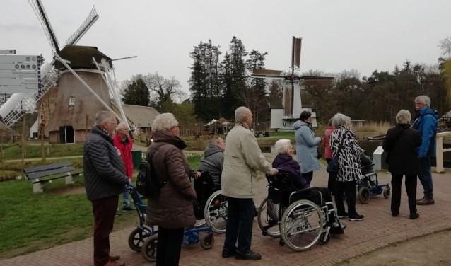 Een groep gasten en vrijwilligers van De Zonnebloem tijdens de rondleiding in het Openluchtmuseum