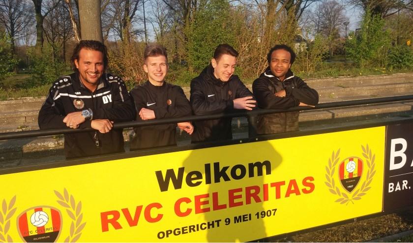 Van links naar rechts: Trainer Dennis Young, de twee Oekraïnese voetballers en ex prof. Marvin Wijks,