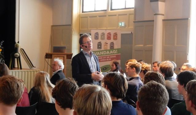 Ben Feringa, Nobelprijswinnaar, tijdens zijn lezing voor leerlingen van 5-vwo van het Christelijk Lyceum Zeist. FOTO: Asta Diepen Stöpler